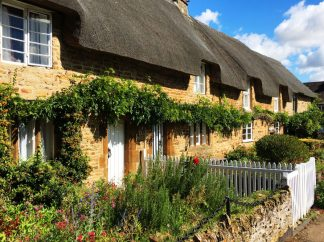 gorgeous sunlit thatched houses in kings sutton