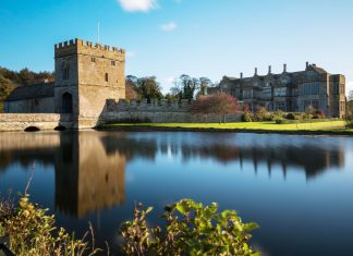 broughton castle surrounded by the moat