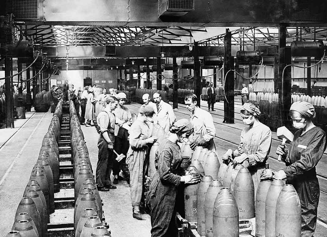 Women filling bombs in a national filling factory c1917